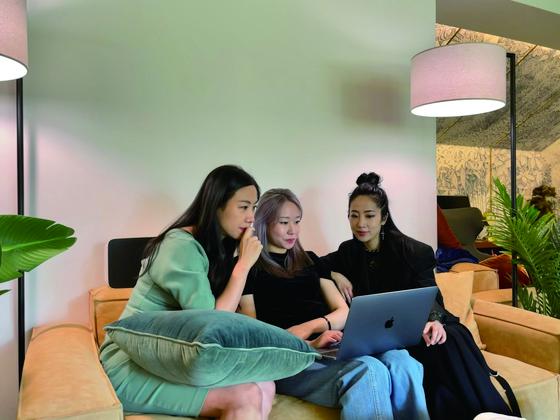 이진경·강지원·정주리(왼쪽부터) 세 사람은 블록체인 커뮤니티이자 코리빙하우스인 '논스'(서울 강남구 역삼동)에 함께 거주하며 한다오 설립을 위해 수시로 만나 아이디어를 구상하고 나머지 멤버들과도 온라인 영상회의로 소통한다.