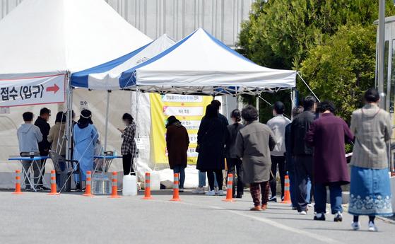 신종 코로나바이러스 감염증(코로나19)이 확산하고 있는 가운데 휴일인 18일 오후 대전 한밭체육관 앞에 마련된 코로나19 선별진료소에서 의료진이 시민들을 검사하고 있다. 프리랜서 김성태.