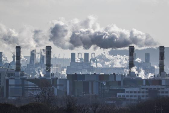 인천 서구 서인천복합화력발전소 굴뚝에서 연기가 뿜어져 나오고 있다. 뉴스1