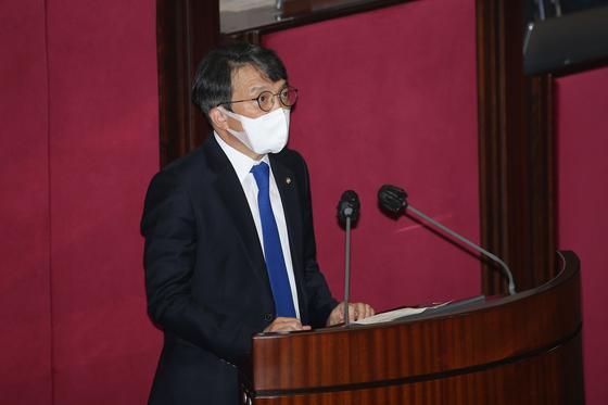 김의겸 열린민주당 의원이 19일 오후 서울 여의도 국회 본회의장에서 열린 제386회국회(임시회) 제1차 본회의에서 국회의원 선서를 한 뒤 인사말을 하고 있다. 뉴스1