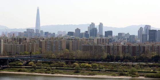 서울 용산구 유엔빌리지 인근에서 바라본 강남구 압구정동 현대아파트 일대의 모습. [연합뉴스]