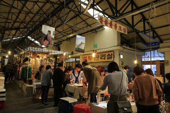 서울 연남동 동진시장은 20~30대가 즐겨 찾는 신흥 명소다. 아기자기한 소품 가게와 주변의 이국적인 맛집 덕분에 발길이 끊이지 않는다. 사진 한국관광공사