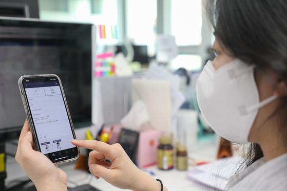 현대백화점에 근무하는 MZ세대 직원이 '간편 보고 시스템'을 사용하고 있는 모습. [사진 현대백화점]