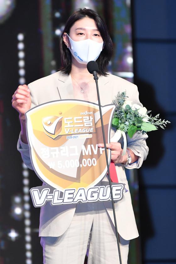 김연경이 19일 V리그 시상식에서 개인 네 번째 MVP를 수상한 뒤 기뻐하고 있다. 사진-=KOVO 제공