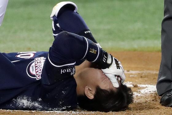 헤드샷을 맞고 고통스러워하는 두산 박세혁 [뉴스1]