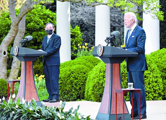 지난 16일(현지시간) 미국 워싱턴DC 백악관에서 바이든 대통령(오른쪽)과 스가 일본 총리가 정상회담을 한 뒤 공동기자회견을 하고 있다. [연합뉴스]