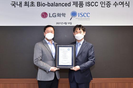 LG화학 석유화학·글로벌사업추진총괄 허성우 부사장(왼쪽)이 19일 여의도 LG트윈타워에서 ISCC의 국내 공식 대행사인 컨트롤유니온코리아 이수용 대표이사로부터 ISCC Plus 인증서를 받고 있다 [사진 LG화학]