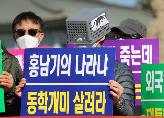 지난해 10월 23일 한국주식투자연합회 회원들이 청와대 분수대 앞에서 기자회견을 열고 대주주 양도소득세 기준을 현행 10억 원으로 유지할 것을 촉구하는 모습. 연합뉴스