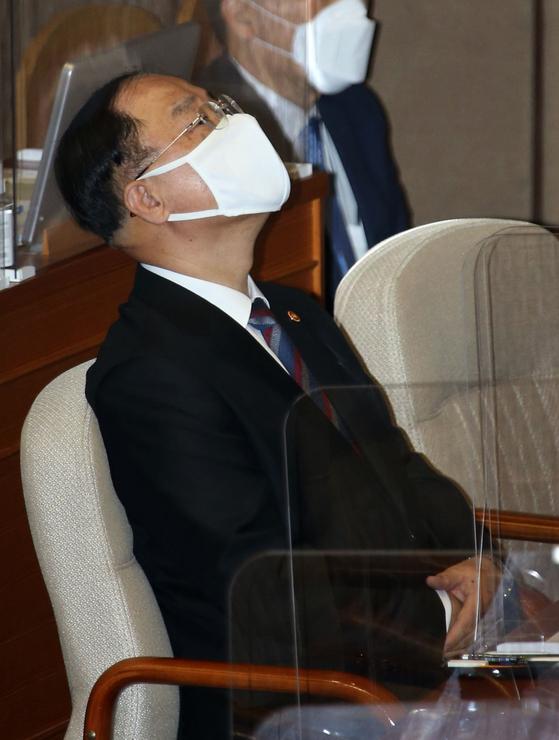 홍남기 국무총리 직무대행이 19일 오후 서울 여의도 국회 본회의장에서 열린 제386회국회(임시회) 제1차 본회의 정치·외교·통일·안보 대정부질문에 출석해 자리하고 있다. 오종택 기자