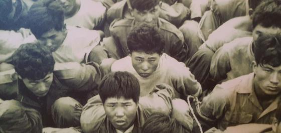 경남 산청군 중산리 '지리산 빨치산 토벌 전시관'에 공개된 겁에 질린 빨치산들의 생포 당시 사진.