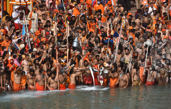 지난 14일(현지시간) 인도 하리드와르에 수백만 명의 순례객이 모였다. 이들은 힌두교 최대 축제인 '쿰브 멜라'를 맞아 갠지스강에 들어가 목욕을 했다. 마스크 착용 등 방역 수칙은 지켜지지 않았다. 이날 인도의 코로나19 일일 신규 확진자 수는 약 18만 5000명을 기록했다. [EPA=연합뉴스]
