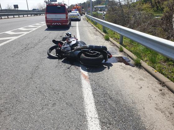 충남 서천에서 발생한 오토바이 추돌사고 현장. 뉴스1