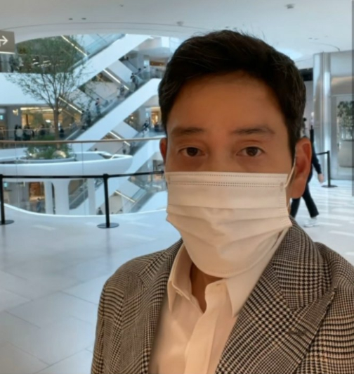 정용진 신세계 부회장이 더현대 서울 매장을 배경으로 찍은 셀카 사진을 자신의 인스타그램에 올렸다.