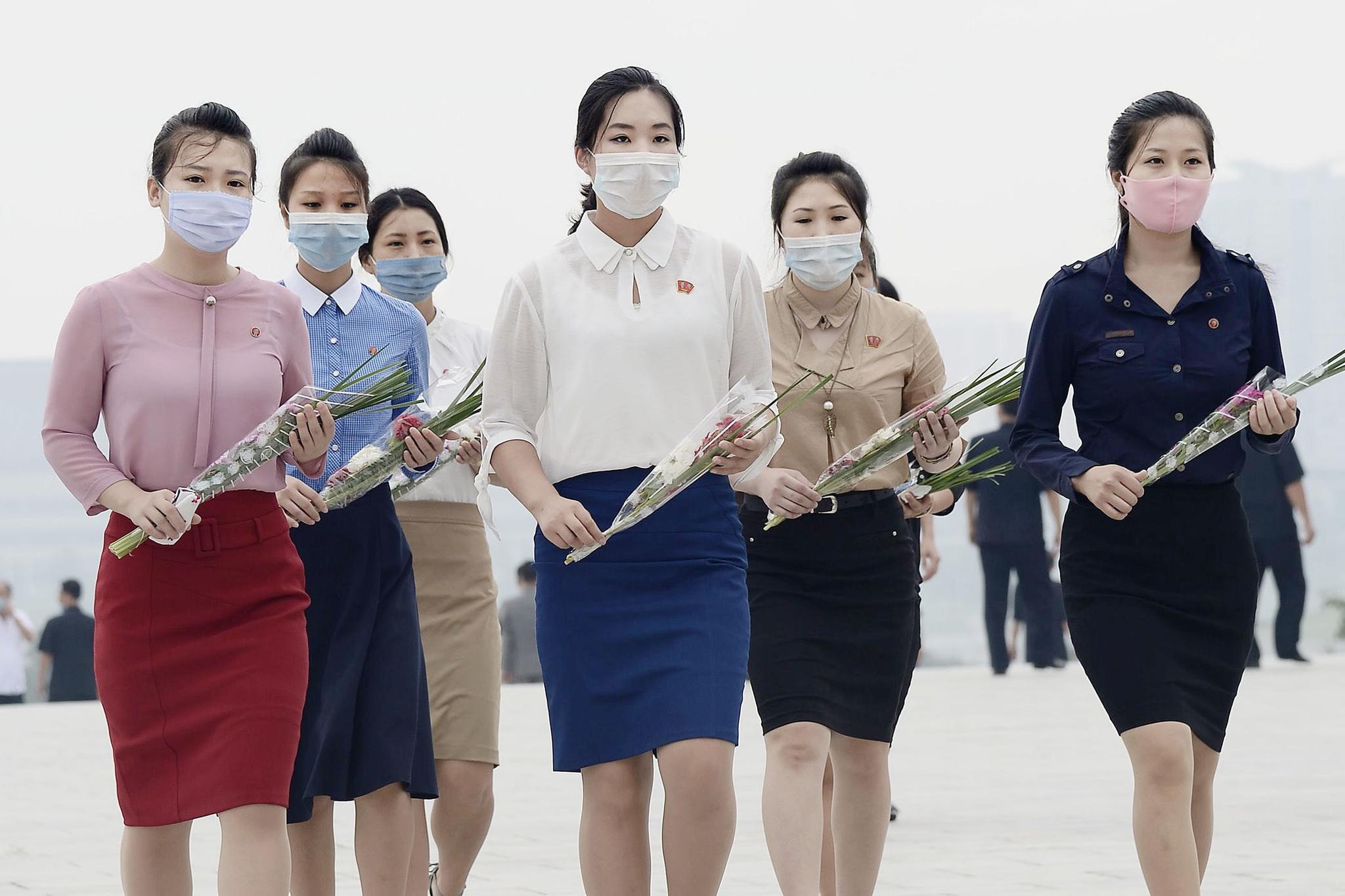 김일성·김정일 동상에 헌화하러 가는 북한 여성들. 연합뉴스