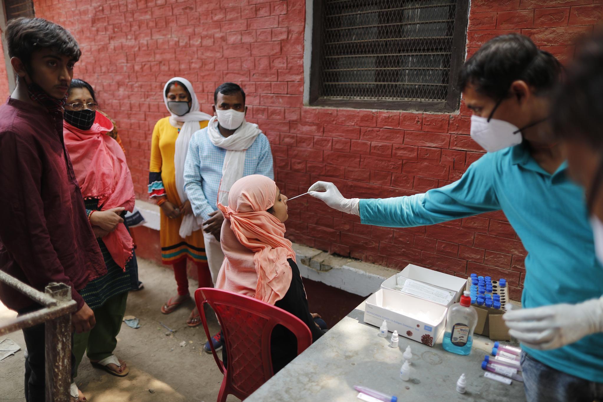 인도에서 코로나19 테스트를 하는 모습. AP=연합뉴스