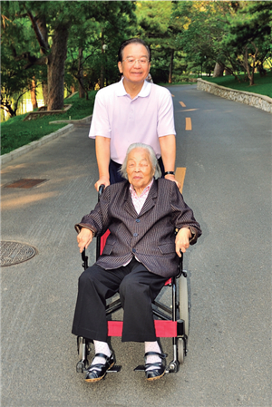 지난 2012년 10월 총리 임기 말기의 원자바오. 그가 어머니 양즈윈(楊志雲, 1921~2020) 여사의 휠체어를 밀며 오붓한 한 때를 보내고 있다. [오문도보 캡처]