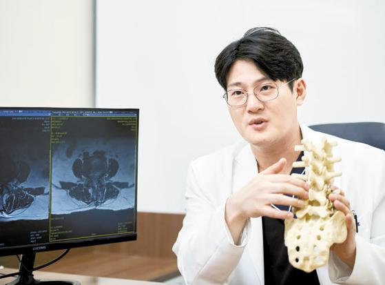 제일정형외과병원 김연호 원장의 양방향 척추 내시경 수술은 정상 조직을 최대한 보존해 환자 회복이 빠르고 출혈·감염 위험도가 일반 수술보다 훨씬 낮다. 인성욱 객원기자
