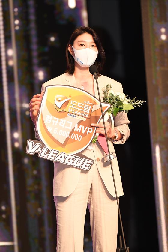2020~21시즌 V리그 여자부 정규시즌 최우수선수상을 받은 흥국생명 김연경. [사진 한국배구연맹]