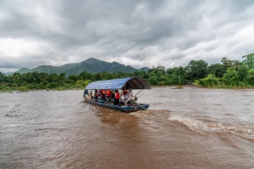 2019년 태국 북부 고산지대에 흐르는 강을 배를 타고 지나간 적이 있다. 강 하나를 사이에 두고 미얀마를 옆으로 둔 채 지났던 기억이다. [사진 허호]