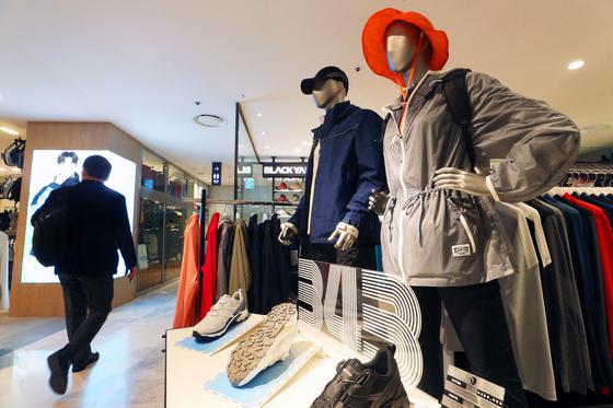 3월 16일 서울 중구 롯데백화점 본점 블랙야크 매장에 아웃도어 의류가 진열돼있다. 국내 주요 백화점의 아웃도어 의류 판매가 40~100%가량 늘었다. 뉴스1