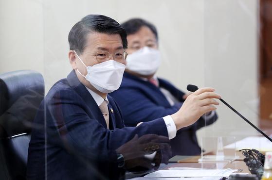은성수 금융위원장이 지난 15일 서울 여의도 한국거래소에서 금융투자 유관기관 및 증권사 대표와 공매도 재개 점검 등을 위한 간담회를 갖고 있다. 뉴스1