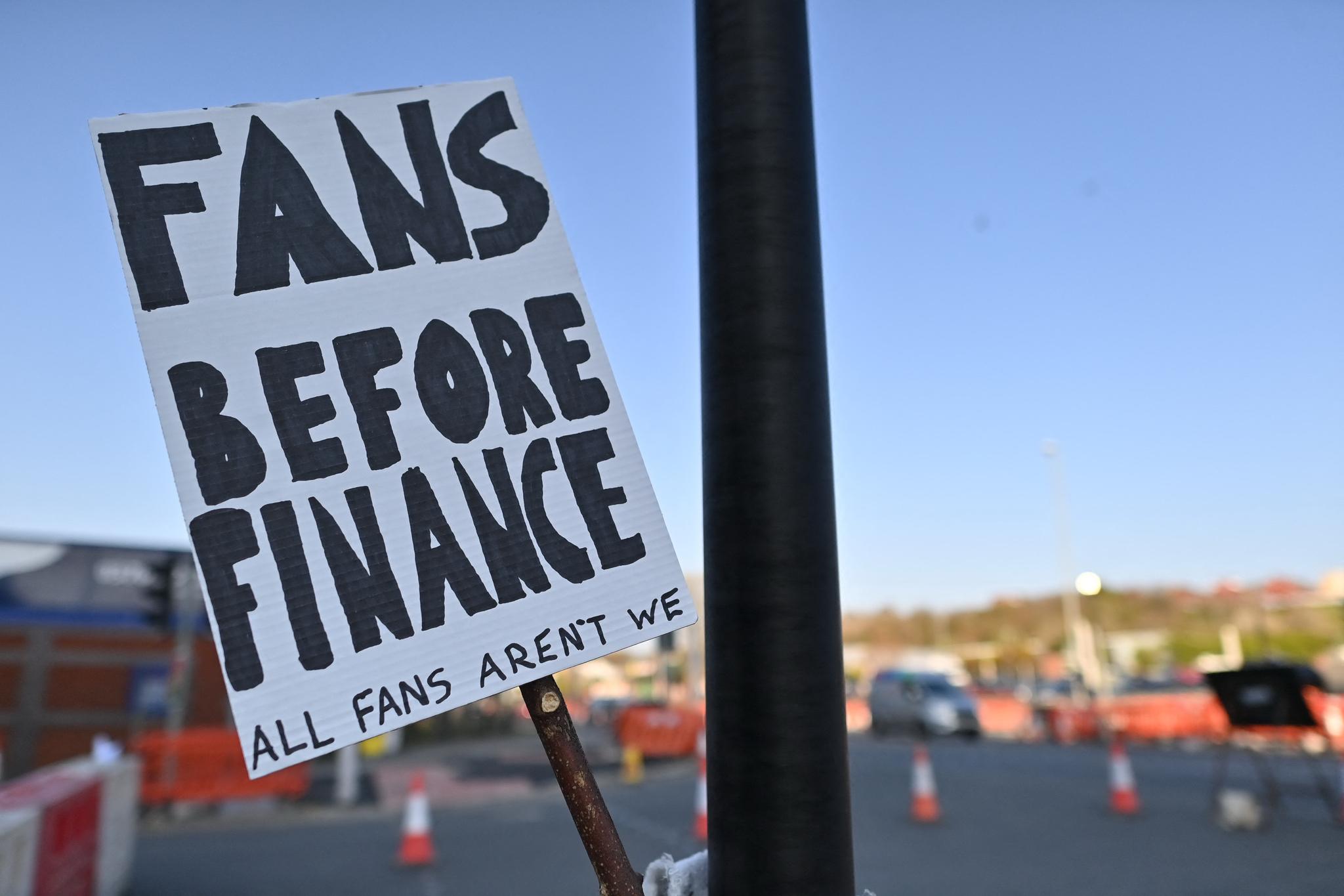 영국 리즈의 엘란드 로드 구장 밖에 19일 '돈 이전에 팬'이라고 쓴 플래카드가 세워져 있다. 구장에서는 리즈 유나이티드와 리버풀의 경기가 열렸다. 리버풀은 이날 출범한 유러피언 슈퍼리그에 참가했다. AFP=연합뉴스