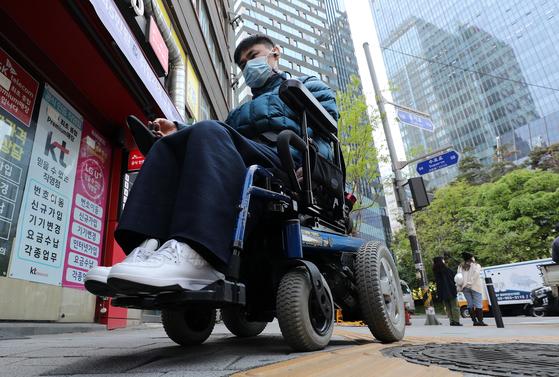 """보건복지부는 20일 '장애인의 날'을 맞아 """"2020년 장애인 실태조사""""를 발표했다. 한국보건사회연구원는 전국 등록 장애인 7025명을 대상으로 방문·면접 조사해장애인의 생활실태, 건강상태, 사회‧경제적 상태, 돌봄 특성 및 복지 욕구, 경제적 상태 등을 분석했다. 사진은 장애인의 날을 하루 앞둔 19일 1급지체장애인 여동수(52세)씨가 서울 중구에서 지하철을 타기 위해 을지로3가역으로 이동하는 모습. 뉴스1"""