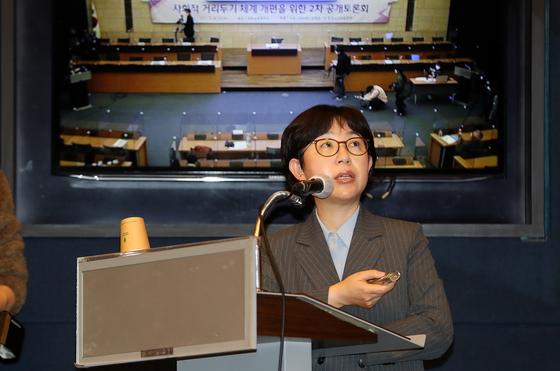 청와대 방역기획관에 임명된 기모란 국립암센터 교수가 지난 2월 9일 오후 서울 중구 대한상공회의소에서 열린 사회적 거리두기 체계 개편을 위한 2차 공개토론회에서 발언하고 있다. 뉴스1
