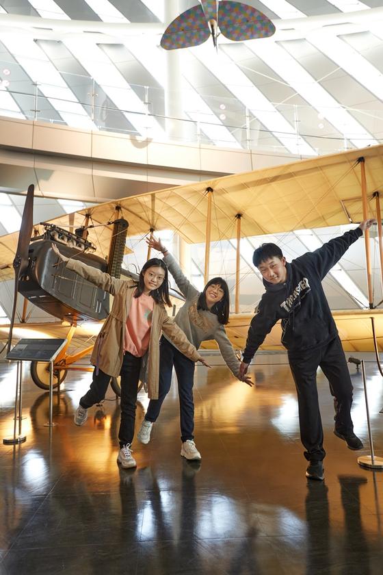 소중 학생기자단이 비행기의 역사에 대해 알아보고 직접 체험하기 위해 국립항공박물관을 찾았다. 왼쪽부터 박소율(서울 숙명여중 2)·이채현(서울 언북초 5)·하윤(경기도 불정초 6) 학생기자, 사진=이원용(오픈스튜디오)