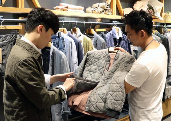 신세계백화점 의류 매장에서 한 남성 고객이 쇼핑을 하고 있다. [사진 신세계백화점]