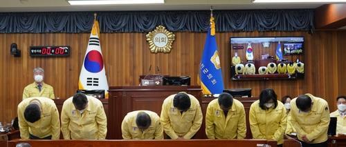 뇌물수수 혐의로 구속된 이세진 경북 울진군의회 의장이 제명됐다. 군의회는 19일 제246회 울진군의회 임시회에서 의장 징계 건을 상정해 이같이 의결했다.   사진은 고개 숙인 울진군의원들. 연합뉴스