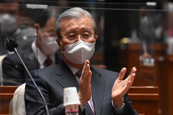 김종인 전 국민의힘 비상대책위원장이 지난 8일 오전 서울 여의도 국회에서 열린 의원총회에 참석해 박수를 치고 있다. 뉴스1