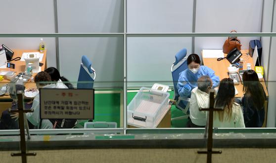 20일 대전 중구 코로나19 백신 예방접종센터에서 의료진이 어르신들에게 화이자 백신을 신중히 접종하고 있다. 프리랜서 김성태