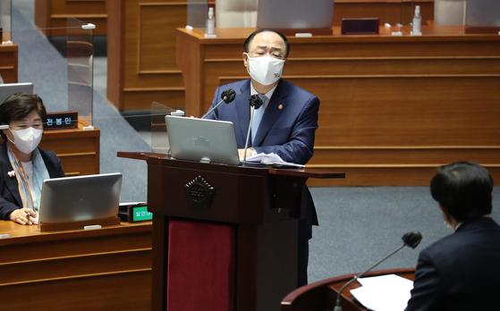 20일 오후 국회 본회의에서 열린 경제분야 대정부 질문에서 홍남기 국무총리 직무대행이 질의에 답하고 있다. 오종택 기자