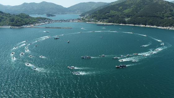 19일 오후 경남 거제시 구조라항에서 어선 50여척이 일본 정부의 후쿠시마 방사능 오염수 방류 결정을 규탄하는 해상퍼레이드를 열고 있다. [사진 거제시]