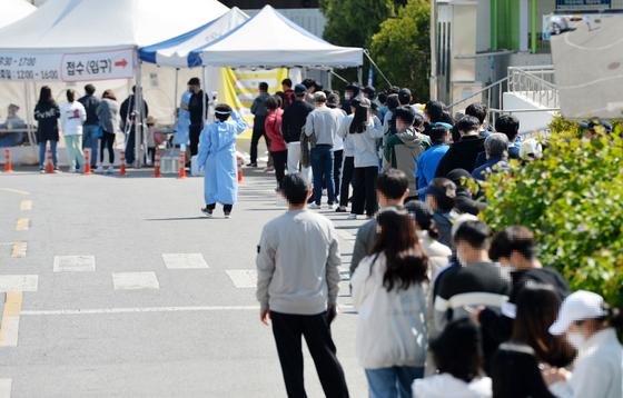 신종 코로나바이러스 감염증(코로나19)이 확산하고 있는 가운데 19일 대전 한밭체육관 앞 코로나19 선별진료소를 찾은 시민들이 검사를 받기위해 차례를 기다리고 있다. 김성태 기자