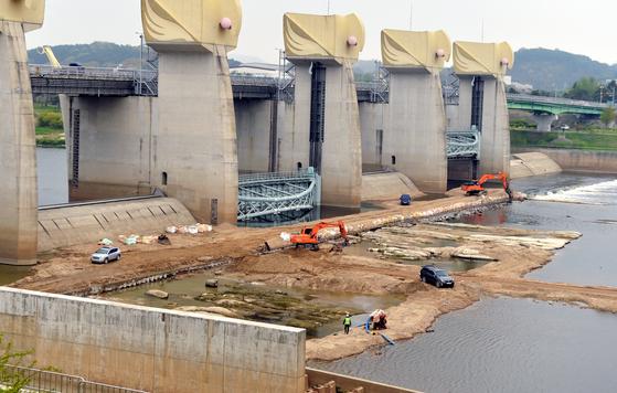 정부가 4대강 금강 공주보를 부분 해체하기로 결정한 가운데 16일 오후 충남 공주시에 위치한 공주보에서 중장비를 이용, 보수공사가 한창이다. [프리랜서 김성태]