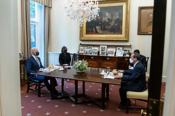 지난 16일 조 바이든 미국 대통령(왼쪽)과 스가 요시히데 일본 총리가 미 백악관에서 점심으로 햄버거를 먹으며 회담하고 있다. [트위터 캡처]