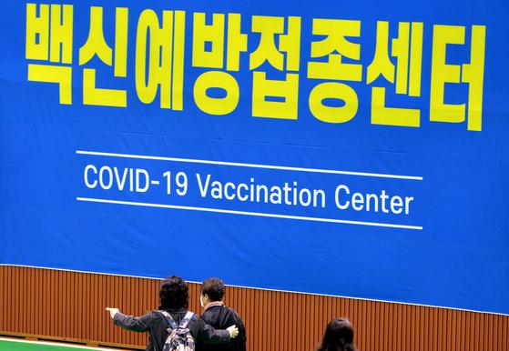 19일 대전 중구 코로나19 백신 예방접종센터에서 화이자 백신을 접종받은 어르신들이 귀가하고 있다. 프리랜서 김성태