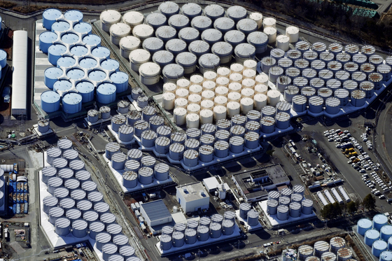 일본 정부는 13일 오전 도쿄 총리관저에서 관계장관회의를 열고 후쿠시마(福島) 제1원전 사고로 발생한 다량의 방사성 물질 오염수를 바다에 배출하기로 결정했다. 사진은 지난 2월13일에 촬영한 후쿠시마 제1원전의 오염수 탱크. 연합뉴스