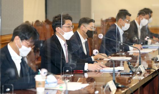 이억원 기획재정부 1차관(왼쪽 두 번째)이 20일 서울 은행회관에서 열린 거시경제 금융회의를 주재하고 있다. 연합뉴스