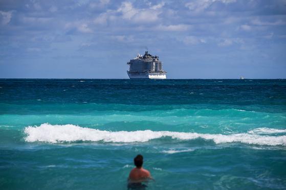 미국 국무부는 이번 주 안으로 미국인을 대상으로 170개국에 대해 여행 금지를 지정할 것이라고 19일 밝혔다. 사진은 2020년 3월 마이애미 앞바다에 떠 있는 크루즈선. [AFP=연합뉴스]