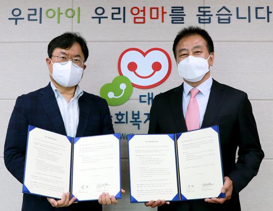 밍크뮤 박연 대표(왼쪽)와 대한사회복지회 김석현 회장
