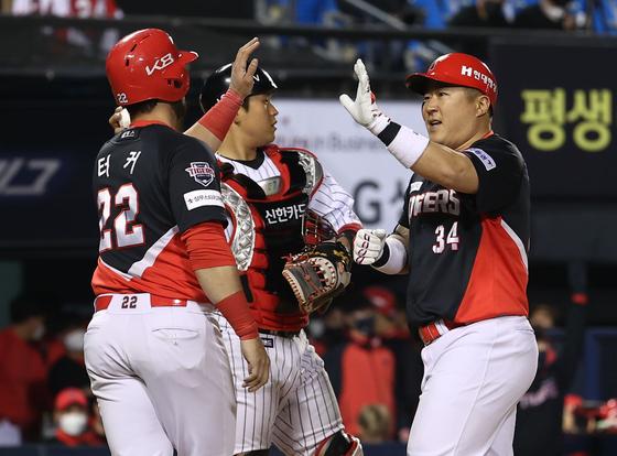 KIA 최형우(오른쪽)가 프로 통산 2000번째 안타를 연속 홈런으로 장식한 뒤 홈에서 축하를 받고 있다. [연합뉴스]