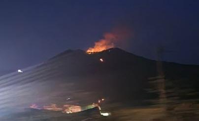 20일 오후 경북 문경시의 한 야산에서 발생한 산불로 정상 부근에서 불길이 번지고 있다. [사진 산림청]