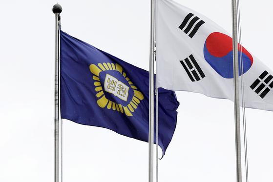 서울 서초구 서울중앙지법 국기게양대에 걸린 법원 깃발이 바람에 펄럭이고 있다. 뉴스1