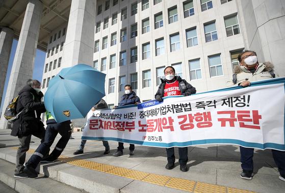 국제노동기구(ILO) 핵심협약 3개가 20일 기탁식을 가지고 비준절차를 완료했다. 노동계는 그동안 ILO 핵협약 비준을 촉구해 왔다. 연합뉴스