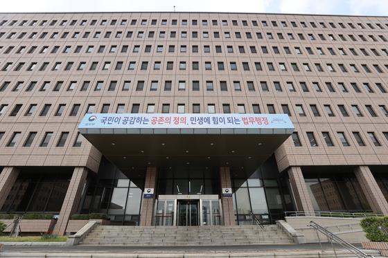 법무부가 21일 10회 변호사시험 합격자 수를 1706명으로 결정했다고 밝혔다. 사진은 16일 오후 정부과천청사 내 법무부 청사 모습. 연합뉴스