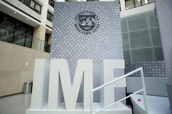 지난 2016년 미국 워싱턴의 국제통화기금(IMF) 본부 건물의 IMF 조형물.[로이터=연합뉴스]