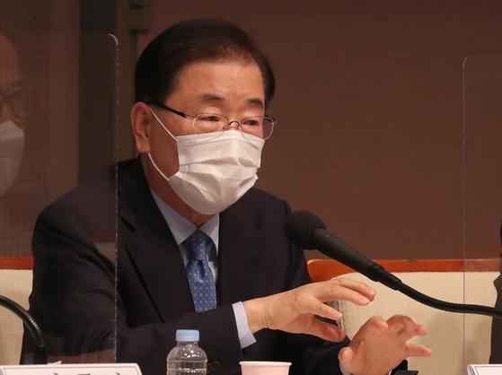 정의용 외교부 장관이 21일 서울 프레스센터에서 열린 관훈토론회에서 패널들의 질문에 답변하는 모습 [연합뉴스]